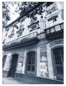 Fachada de Reyes Católicos previa a sede parlamentaria.